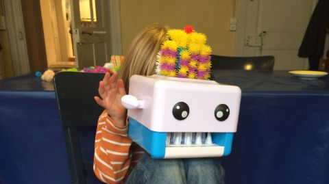 Kind mit 3D-Printer Buchems BunchBot