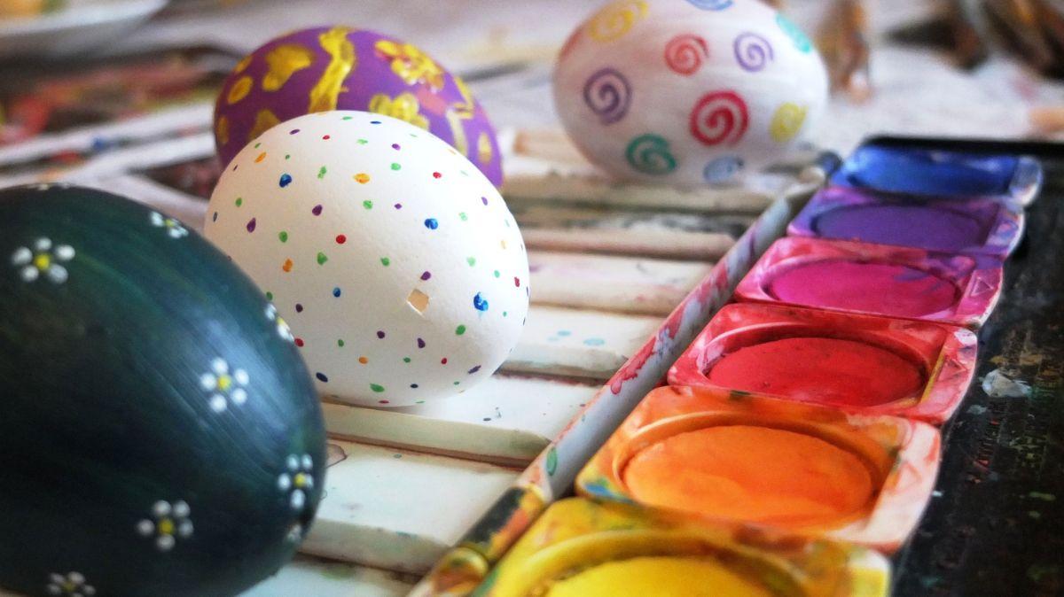 Peindre des œufs avec de la peinture à l'eau