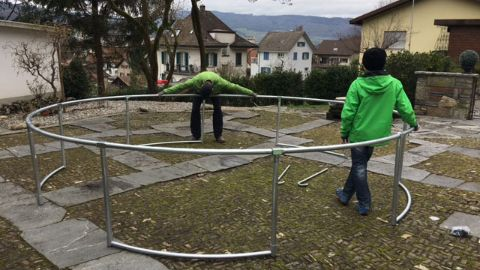 trampolin im garten famigros. Black Bedroom Furniture Sets. Home Design Ideas