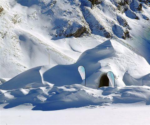 wer eine coole unterkunft in davos klosters sucht landet im iglu dorf richtig eine. Black Bedroom Furniture Sets. Home Design Ideas