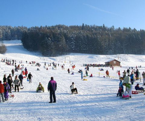 Wintersportler in Bäretswiler Skiarena