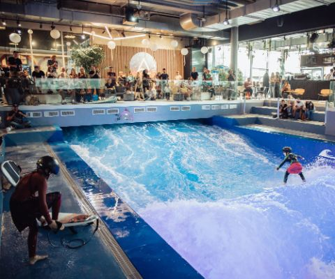 Wellenreiten auf der Surfwelle Mall of Switzerland Ebikon