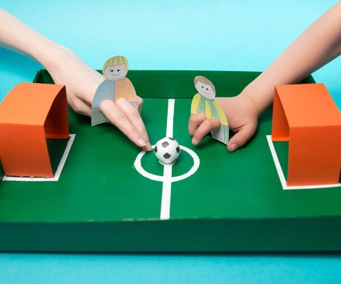 Kinder spielen Fingerfussball