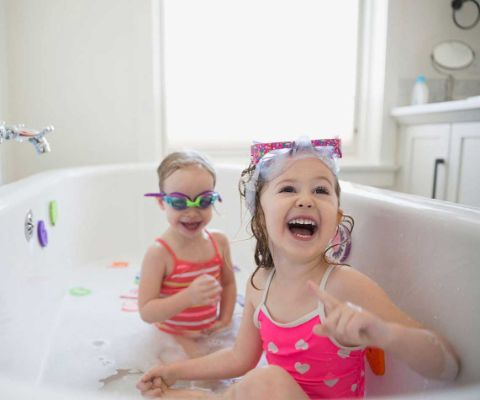 Giochi Di Fare Il Bagno Nella Vasca.Divertirsi Con L Acqua A Casa Famigros
