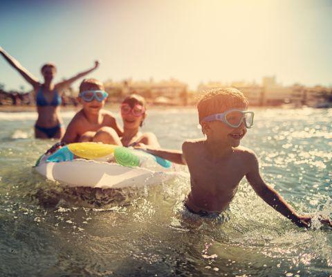 Spiele Am Strand Und Im Wasser Famigros