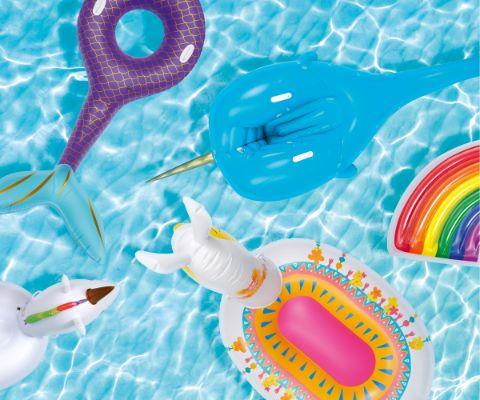 verschiedene Inflatables auf dem Wasser
