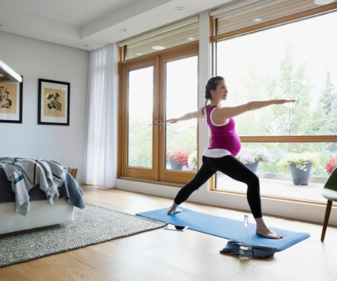 Femme enceinte en train de faire des exercices de stretching