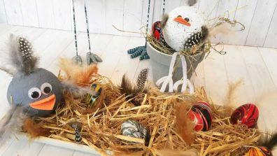 Œufs de Pâques marbrés et poules rigolotes