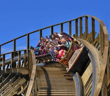 Familien fahren in Holzachterbahn im Europa-Park