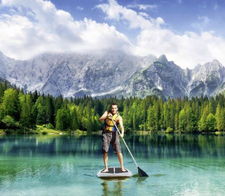 Homme se tenant sur un stand-up-paddle