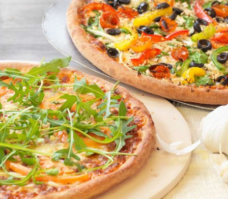 Due pizze con verdure colorate