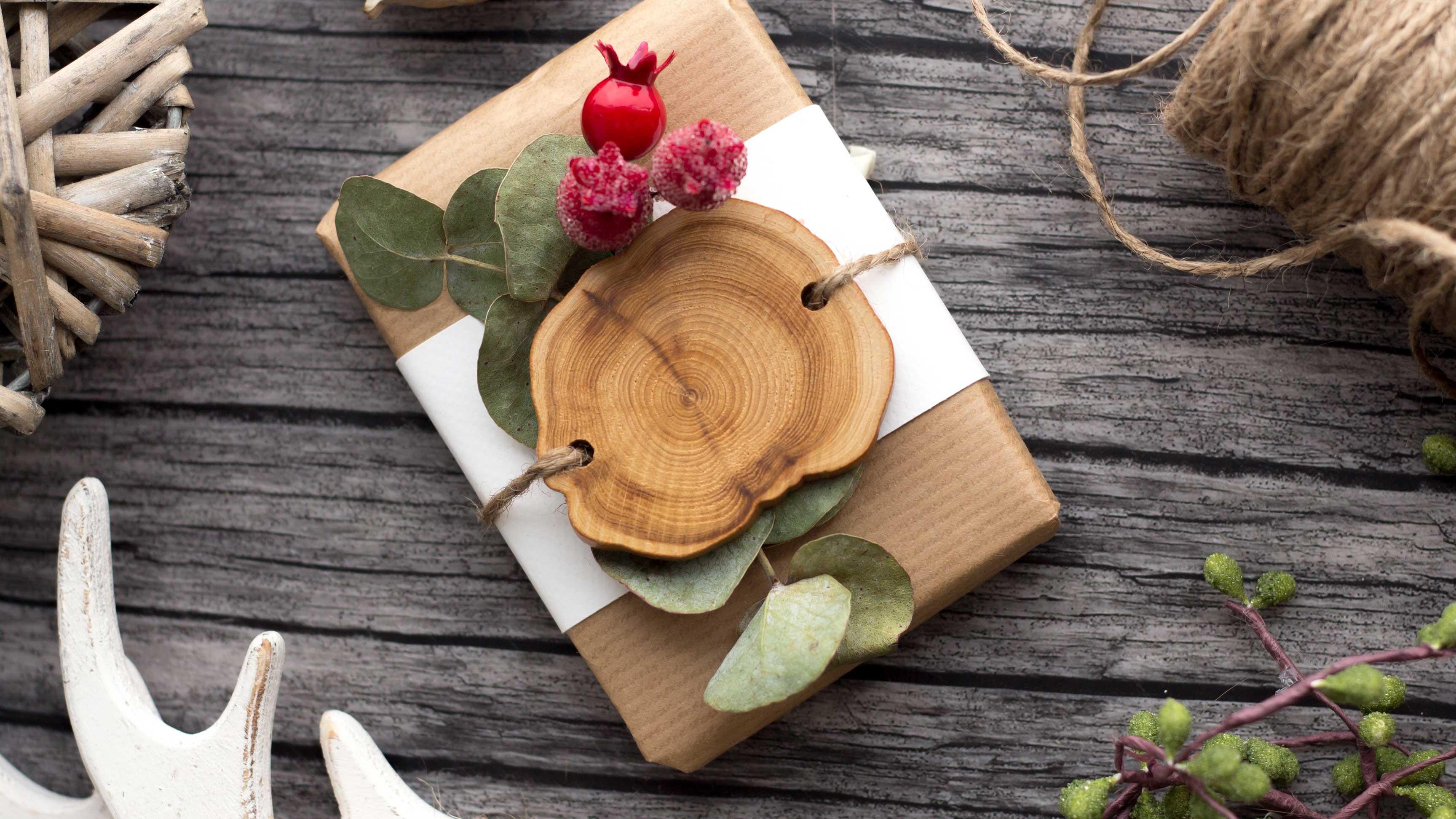 3faca18138 Regalo di Natale con decorazione di legno ed eucalipto.  web.lightbox.openLink