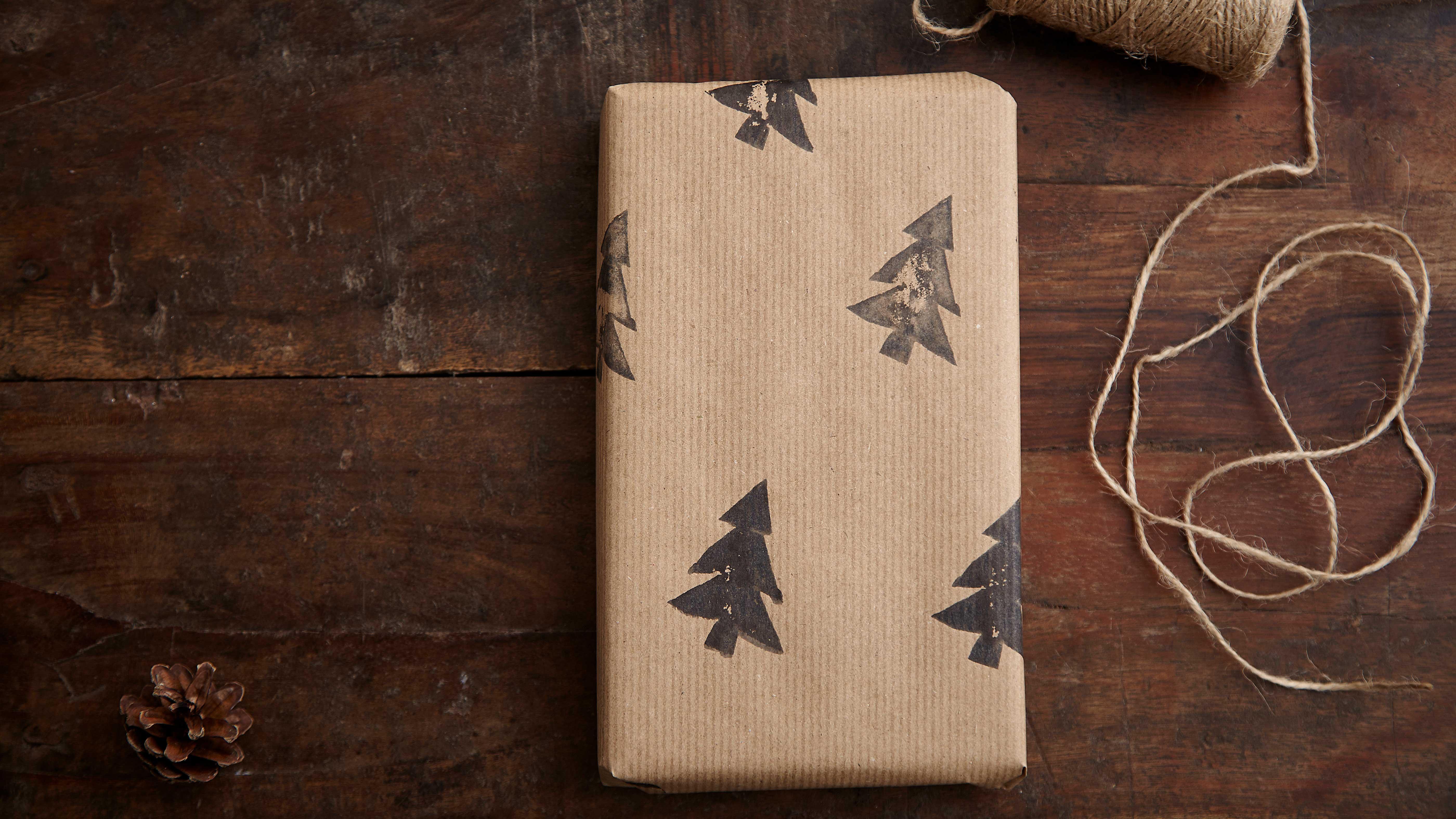436c02ab4a Carta regalo natalizia con abeti stampati. web.lightbox.openLink