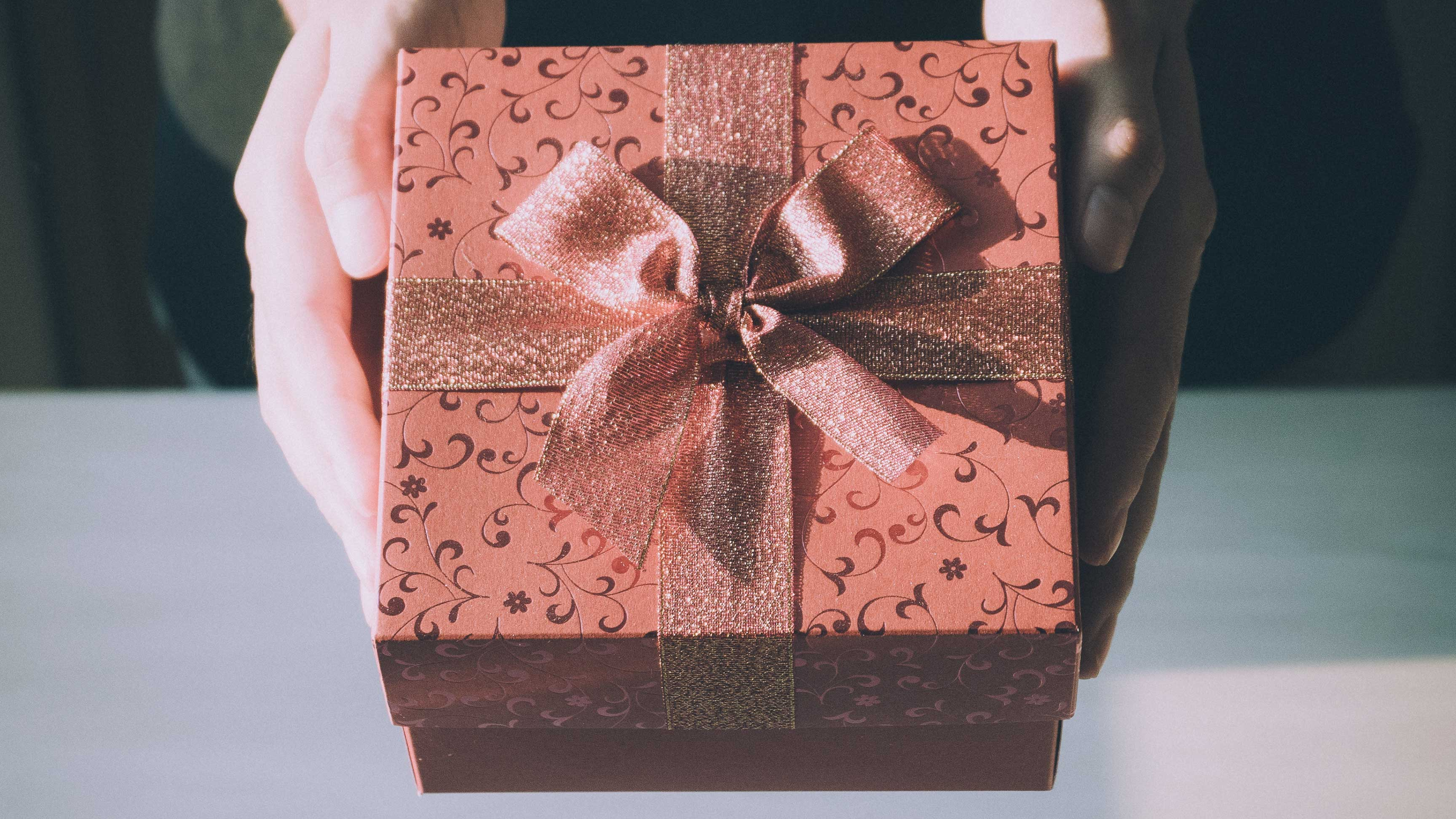 Come Fare Pacchetti Natalizi confezionare i regali natalizi | famigros