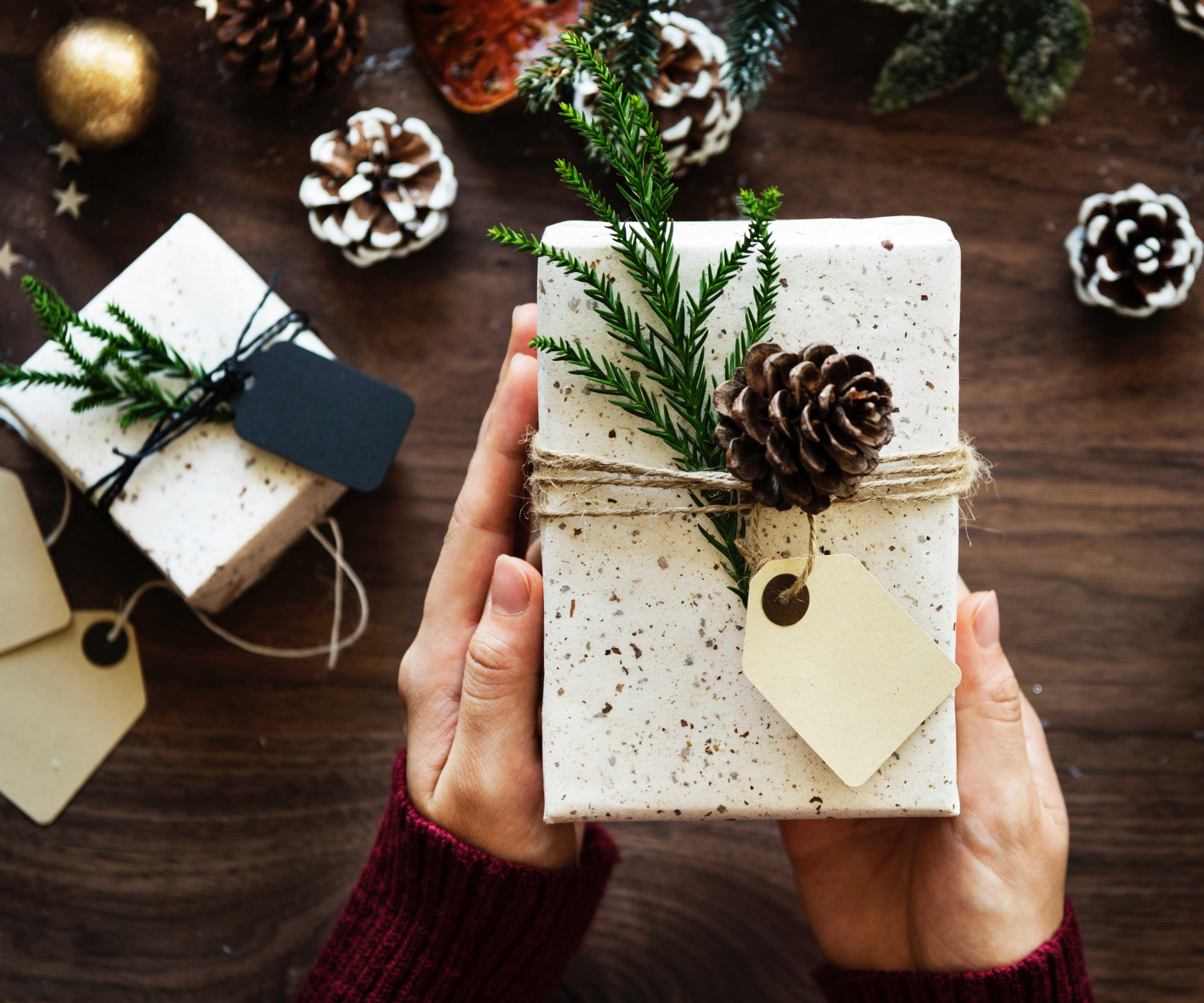 Weihnachtsgeschenk einpacken | Famigros